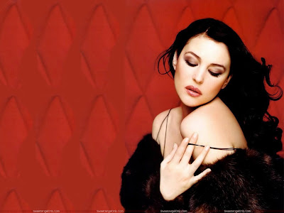 monica_bellucci_wallpaper_looking_hot_sweetangelonly.com