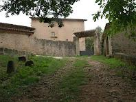 Portal d'entrada i murs del pati interior o llisa del Mas La Font