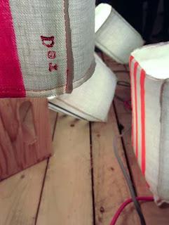 peint à la main - lampe KUB - design -lampe - deco - aix en provence - creation- fait main - made in france - luminaire - luminaires - à poser - à suspendre - lin- toile de jute - PcM - pcm - lampe de couleur - eco design - matières naturelles - matériaux recyclés - pièces uniques - petites séries - décoration - artisanat - baladeuse - lampe POM - cintre - bonbonne d'eau - recyclage - pom - cordon textile - lampe fruit - drapée - amidonné - amidon - textile - fibre végétale - rayures - bonbon – provence – cintres de pressing – brode – couds – couture – broder – souder – soude – dessin de modèles – créations – fabrication française – produits locaux – exposition – peinture à l'eau – tissu – lampe textile – cousu main – 100 % fait main – pascale marquier – modèle unique - vignette lin - lampe personnalisable - personnalisable