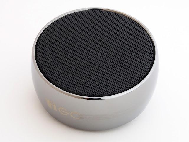 ズンズン響く振動板内蔵の金属鋼材質Bluetooth対応小型スピーカ S10-HLTBS01。重低音が好きな人はたまらないはず。