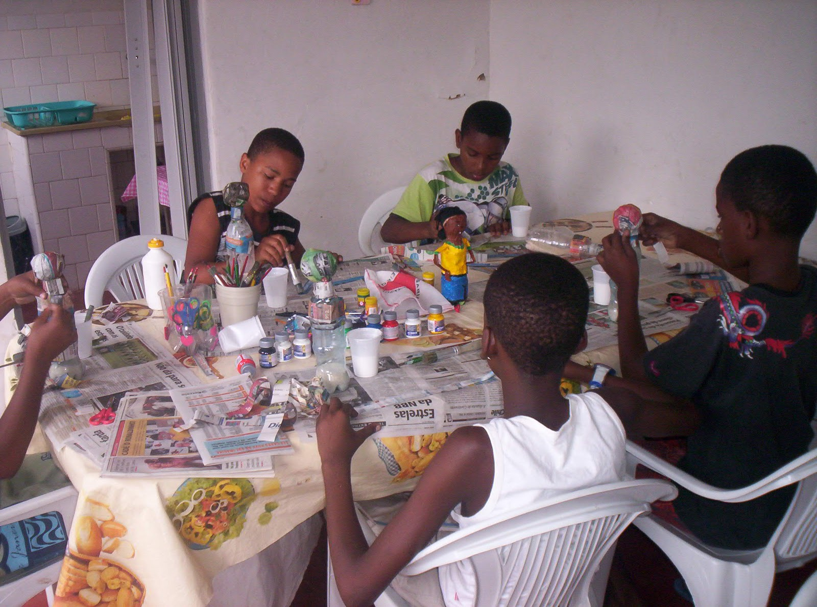 Dois Aparadores Vira Mesa De Jantar ~ Artesanato Reciclado na Escola Popular de Saúde Yeamanjá deÁgua Santa Núcleo de Cultura