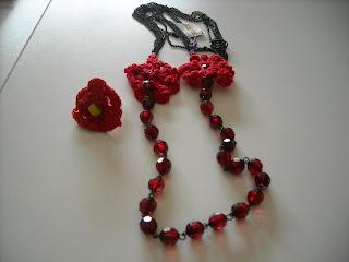 Κοκκινες χάντρες με μαύρη αλυσίδα και
