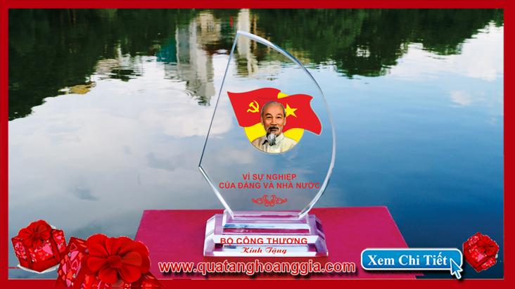 Kỷ niệm chương bằng pha lê biểu tượng hình cánh buồm sẽ là món quà trang trọng cho đại hội  đảng năm 2015