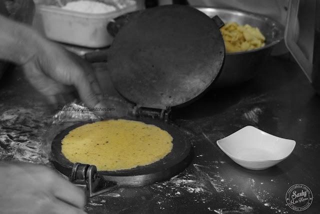 Proses pembuatan Taco secara manual di Taco Beach Grill Seminyak