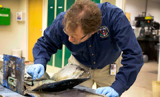 Matt+Fox+ntsb+examines+JAL+battery.jpg