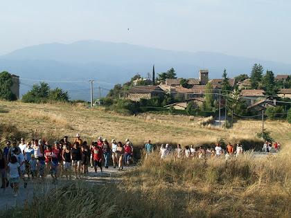 El poble de Tavertet i al seu darrere les Guilleries, des de la Costes d'en Saule