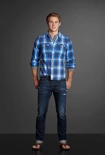 Homem usando jeans e chinelo de dedo - pés masculinos
