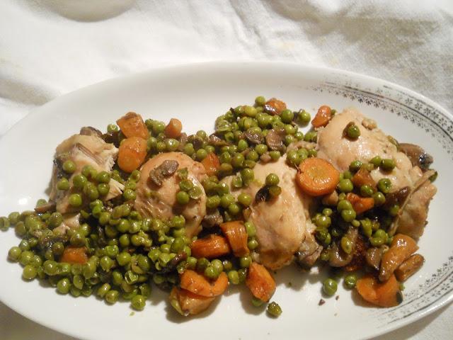 coscette di pollo, piselli, carote e funghi