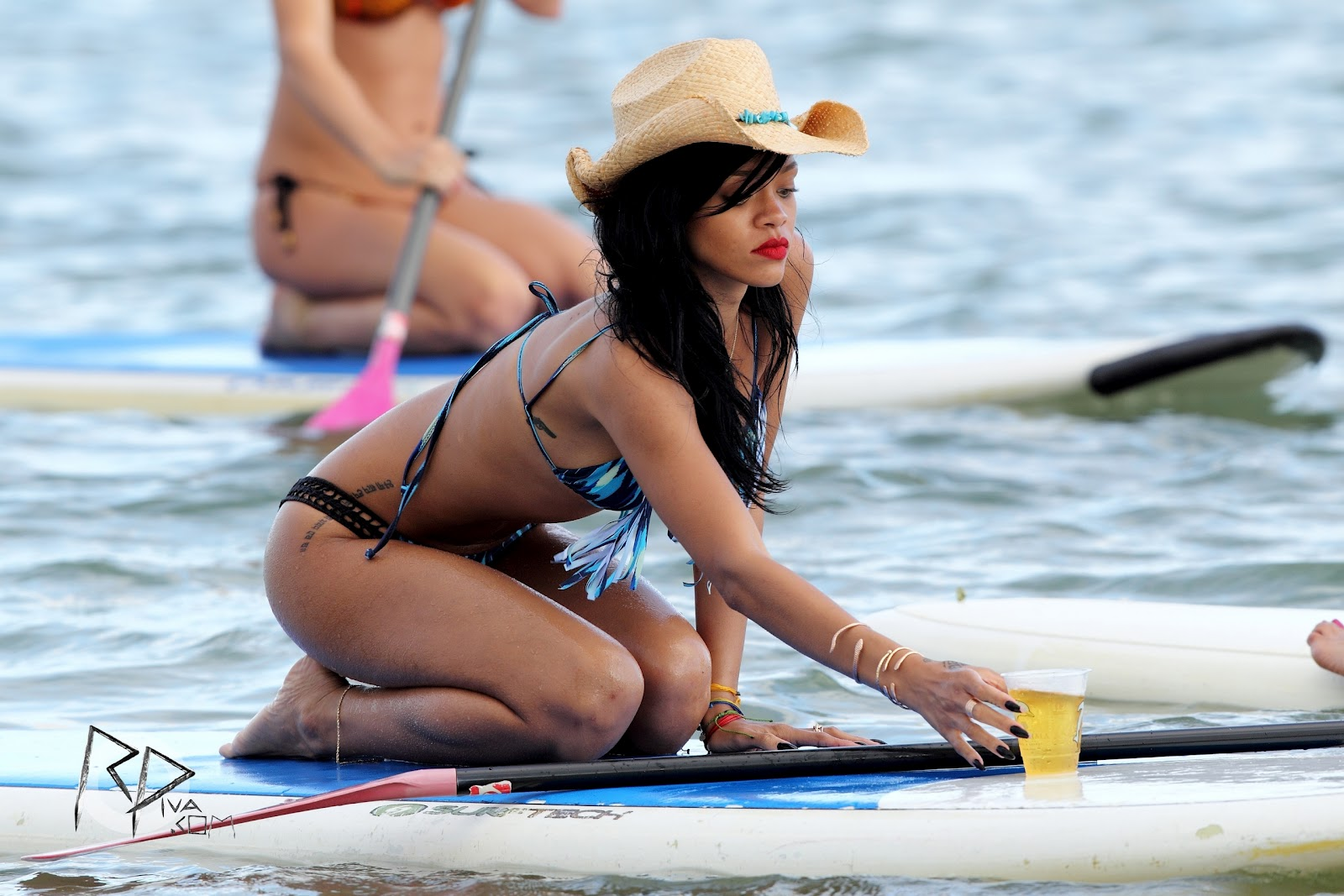 http://1.bp.blogspot.com/-kn0BhfUkhPk/T9NPw42mx7I/AAAAAAAAMzY/yAKOdSst41o/s1600/In-A-Bikini-On-The-Beach-In-Hawaii-28-April-2012-rihanna-30664577-2560-1707.jpg