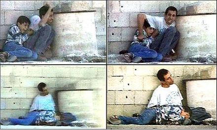 Foto-Foto dari Berbagai Peristiwa Masa Lalu Yang Paling Mengerikan, Mengejutkan, Menyedihkan dan Bikin Syok - Seorang ayah Palestina melindungi Putranya