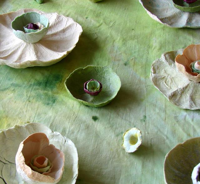 tavola con fiori di cartapesta verdi