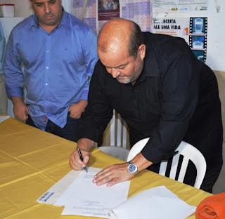 Prefeito Márcio Catão assina documento de cessão de terreno para construção de moradias na Ilha do Caxangá