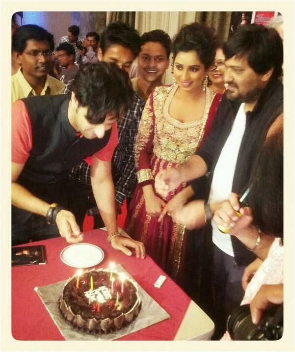 Saleem Merchant, Wazid Ali Khan and Shreya Ghoshal celebrating with cake on surprise party of her birthday!