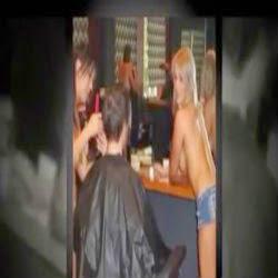 Cabeleireiras atendem clientes nuas em salão australiano