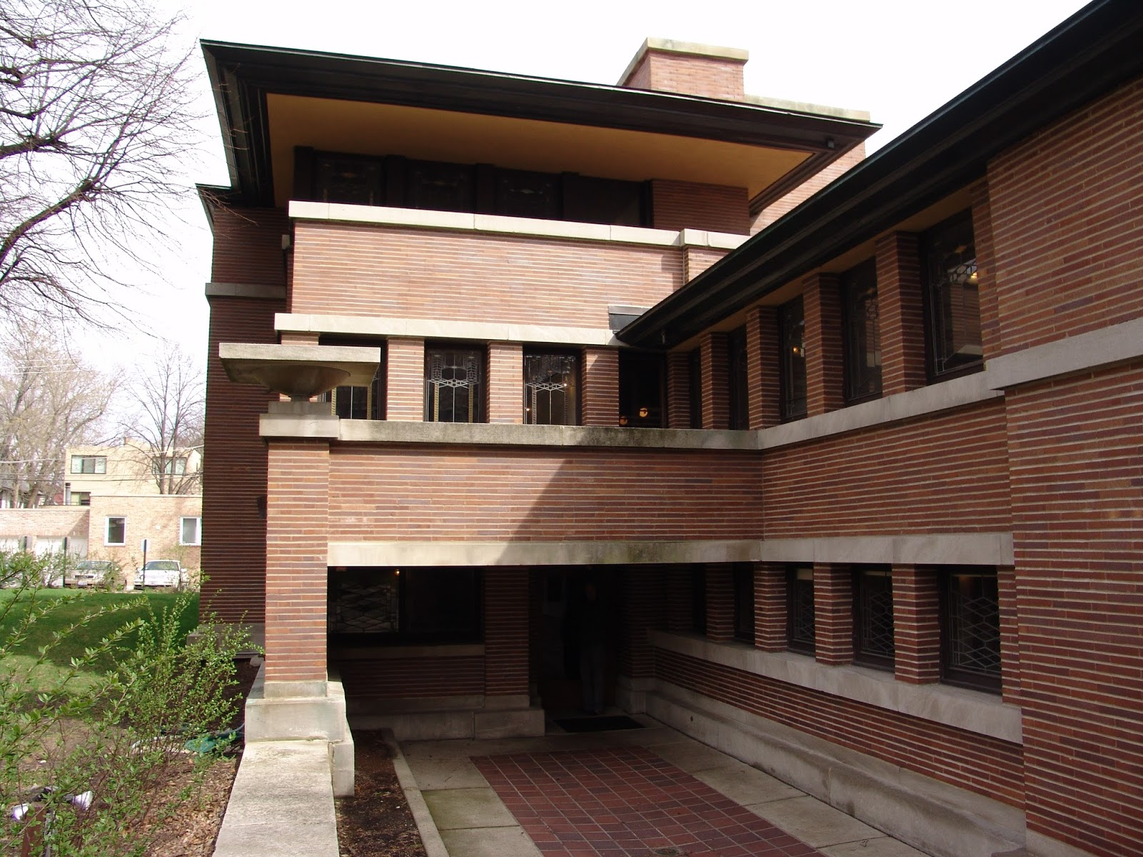 frank lloyd wright organic architecture essay Frank lloyd wright served as a pioneer through his career as an architect, inspiring many aspects of american architecture today he accomplished this thro.