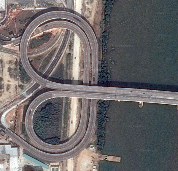 Switch from a left-Hand road to a right-hand road at a bridge between Macau and China