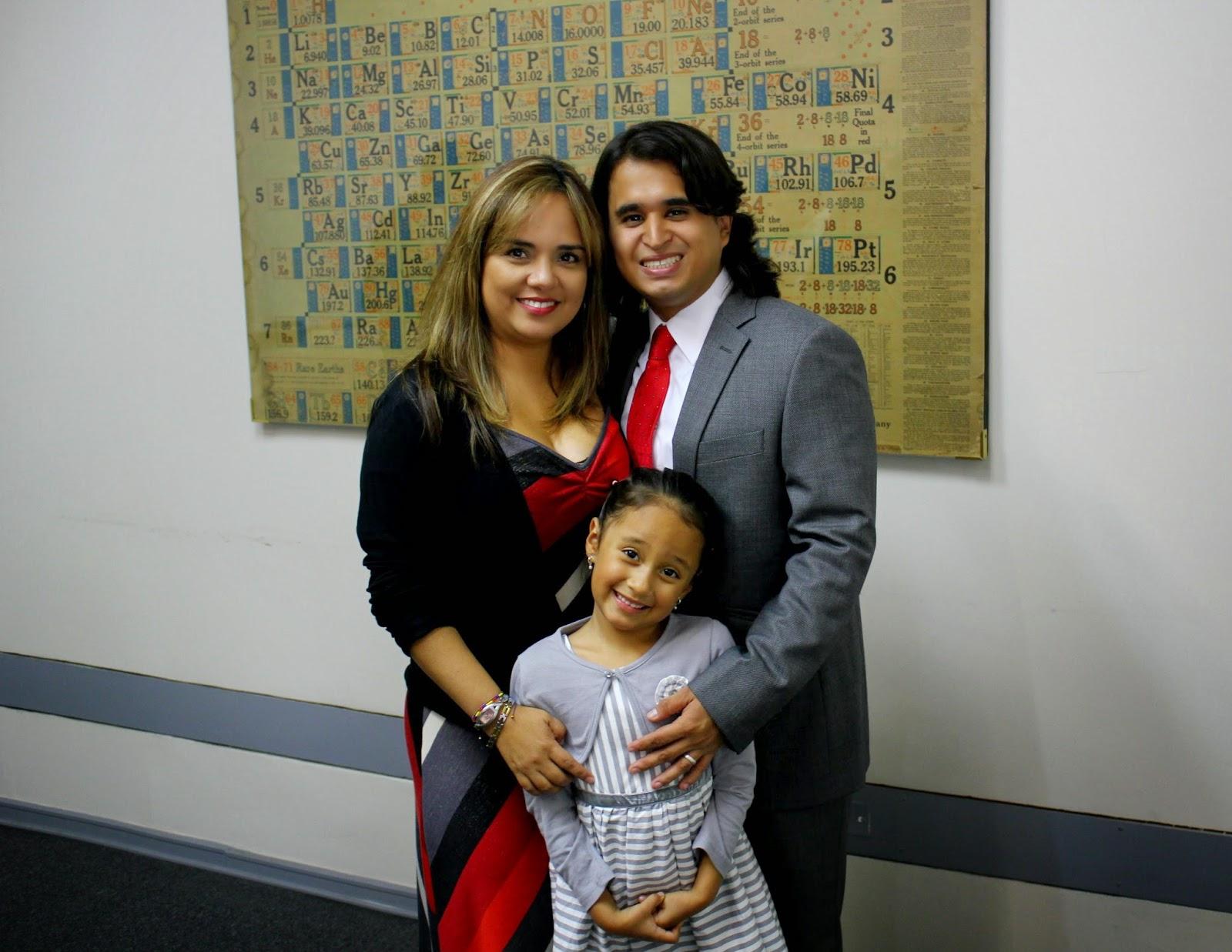 Dr. Alejandro Vargas con su esposa e hija