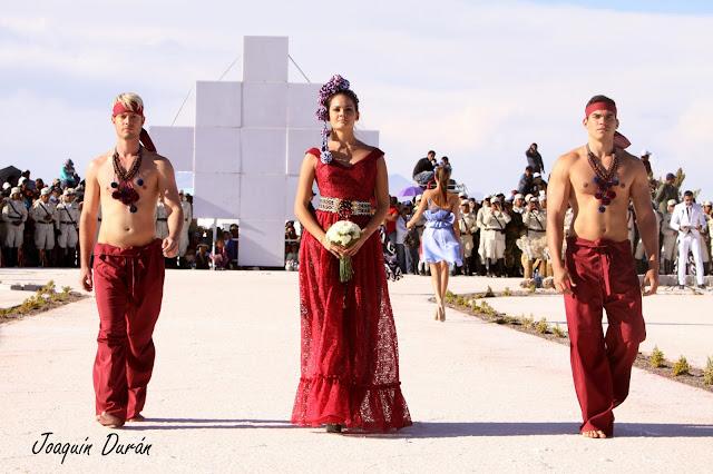 """Samy Gicherman presentando su colección """" Con La Cara Al Viento"""" en el Salar de Uyuni en Bolivia."""