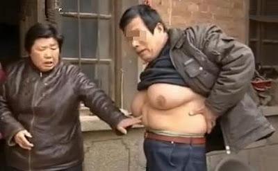 Guo Feng Memperlihatkan Payudaranya