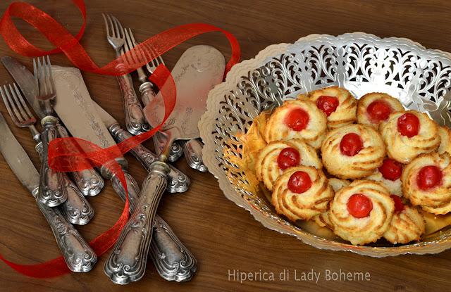hiperica_lady_boheme_blog_di_cucina_ricette_gustose_facili_veloci_dolci_biscotti_di_frolla_montata_con_ciliegine_candite