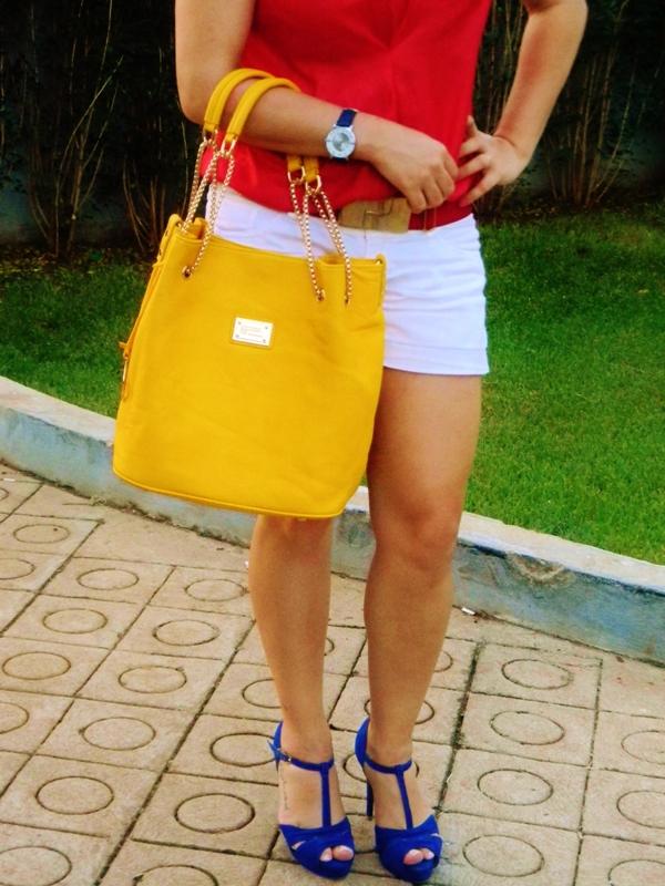 bolsa amarela sandália azul