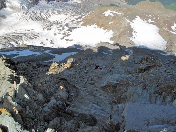 vue plongeante sur la face de l'Aiguille du Goûter où se trouve la voie normale