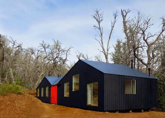 TOP 7 UNIQUE HOUSE DESIGN: UNIQUE BLACK CABIN FAMILY HOUSE DESIGN WITH A CONTRASTING DESIGN PHILOSOPHY PRESENT IN EACH