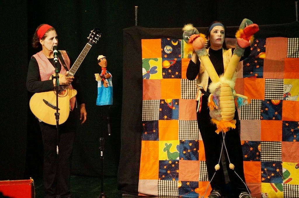 O grupo Pirueta encantou os presentes com a peça 'Balaio de Cantos e Contos'