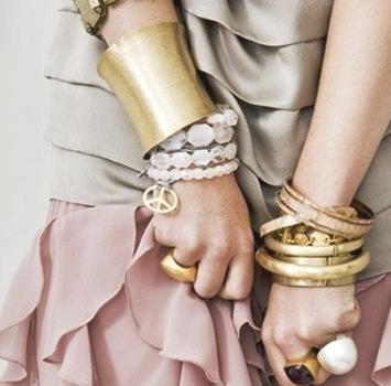 La combinación del oro con las piedras rosas queda de maravilla.