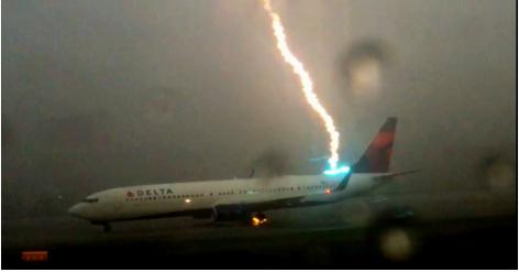مليون ونصف مشاهدة في يومين لصاعقة تصيب طائرة (فيديو)