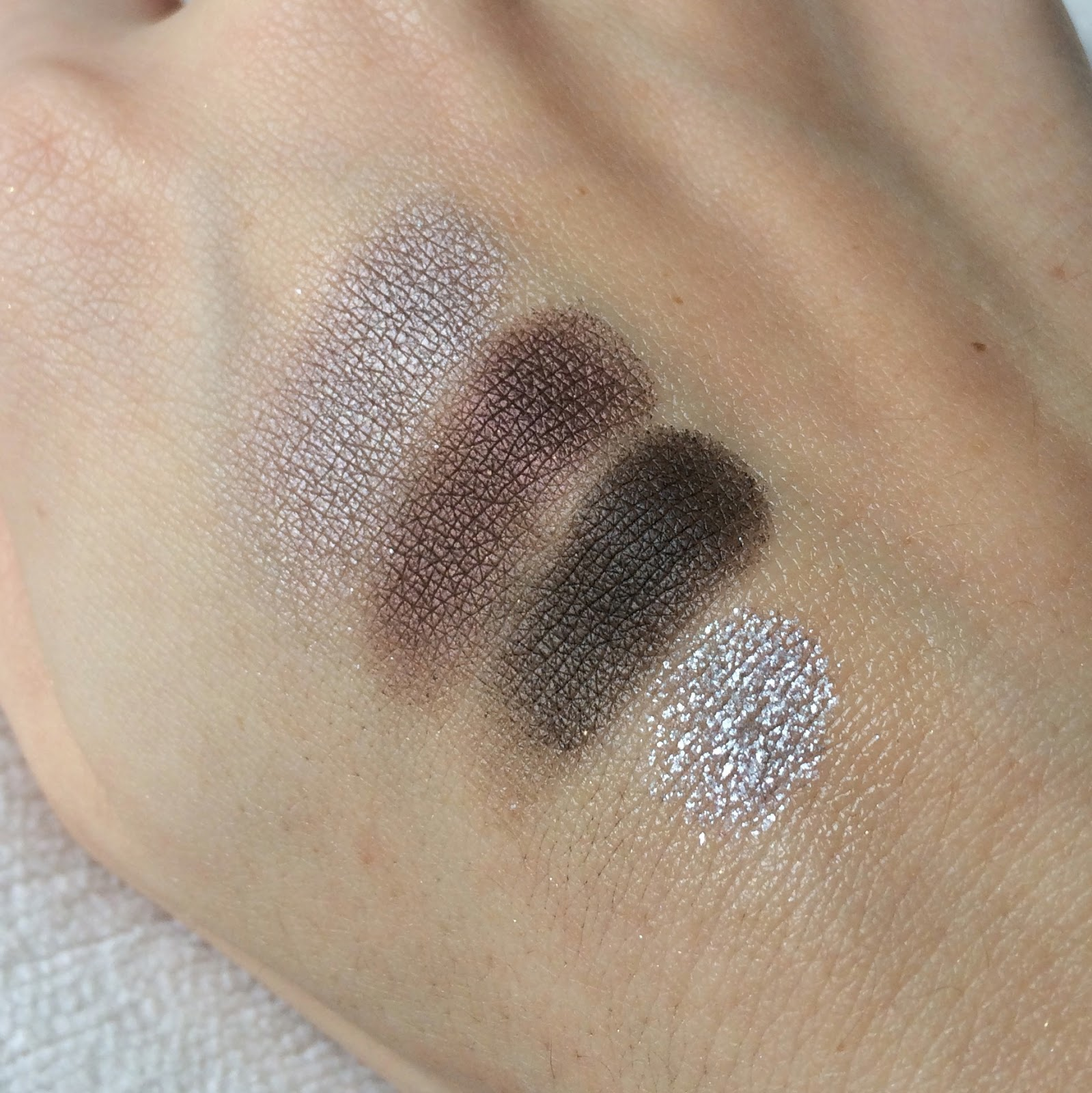 Bourjois-Quad-Smoky-Stories-eyeshadow-good-nude-swatch