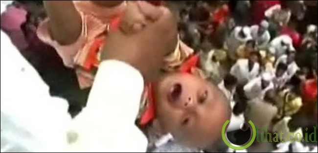 Menjatuhkan Bayi dari Tower (India)