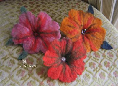 http://mojerobotkowanie.blogspot.com/2013/02/filcem-malowane-czyli-styczniowe-kwiatki.html