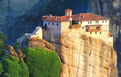 Biara di atas batu8