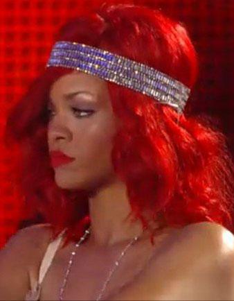 Rihanna omuz hizasındaki kızıl saçlarına doğal dalgalar verdirmiş ve gri saç bandı takarak yine eşsiz bir güzellik sunmuştur.
