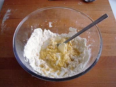 Castagnole al cioccolato: aggiungere il burro fuso e un pizzico di sale