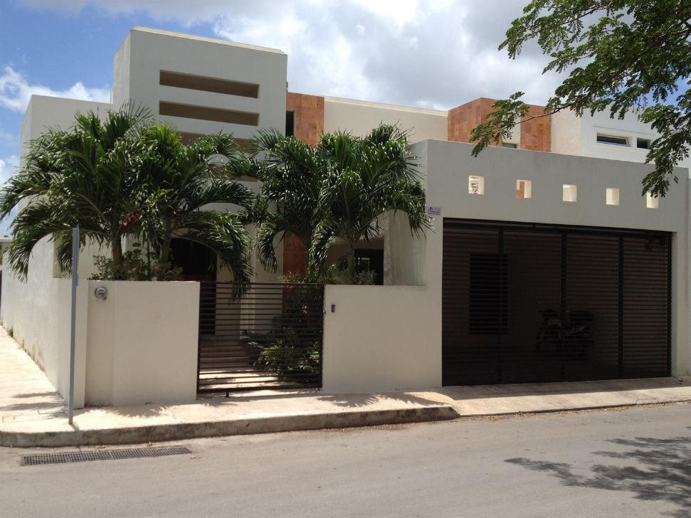 Fachadas contempor neas residencia contempor nea con for Fachada de casas modernas con porton