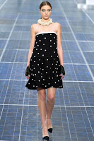 Къса рокля на точки в силует трапец на Chanel