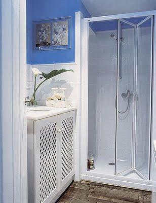 una solucin muy prctica para cerrar la ducha es poner puertas plegables de cristal como stas de leroy merlin en la pared los azulejos blancos se