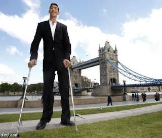 أطول رجل في العالم بطول 2.47 متر من تركيا (صور + فيديو)