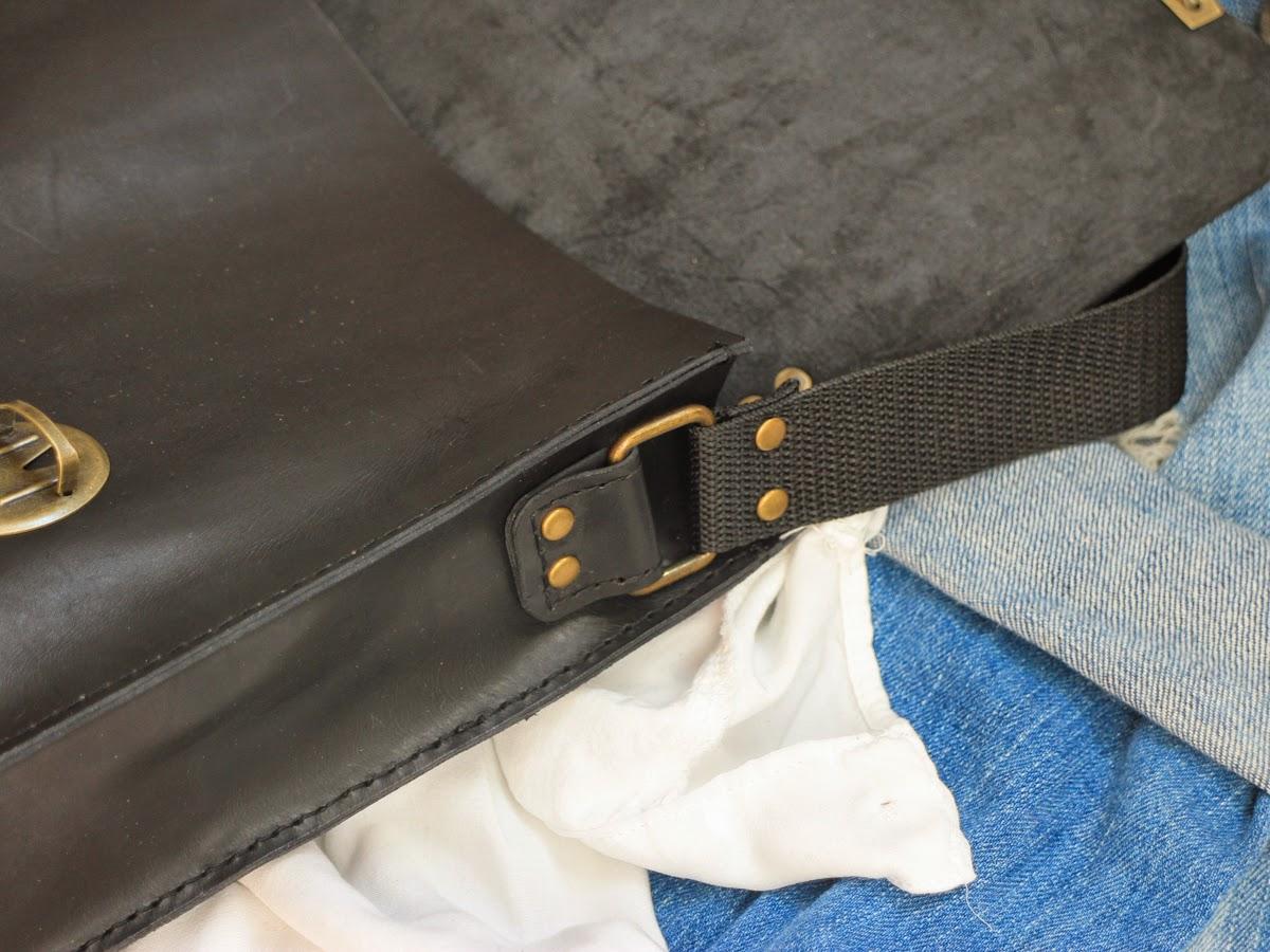 У портфеля бронзовая фурнитура