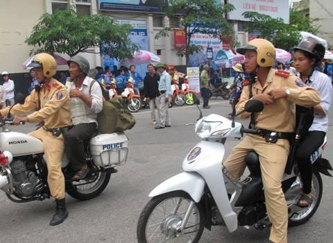 Hà Nội : CSGT chở sĩ tử đi tìm phòng trọ