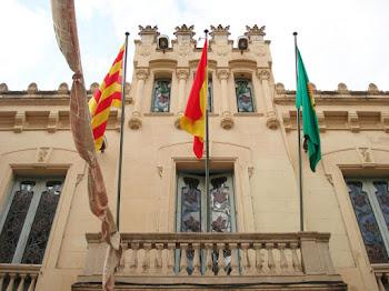 En Canet de Mar la bandera española ondea  de conformidad con la ley de banderas.