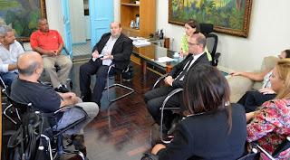Prefeito Márcio Catão em reunião que busca parceria para realizar feira de gastronomia de rua em Teresópolis