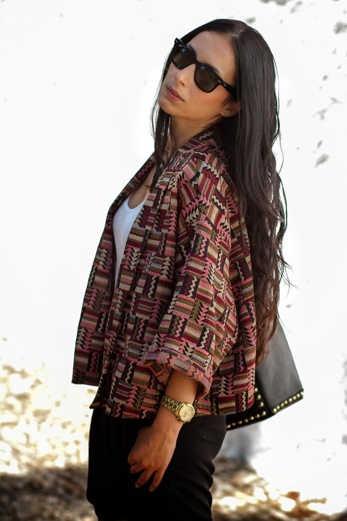Outfit cómodo con Kimono étnico y shorts