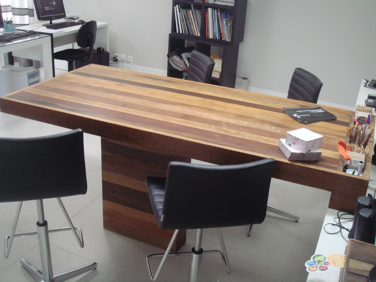 Mesa de reunião Escritório das arquitetas Janaina e Célia  #8E673D 1296x972