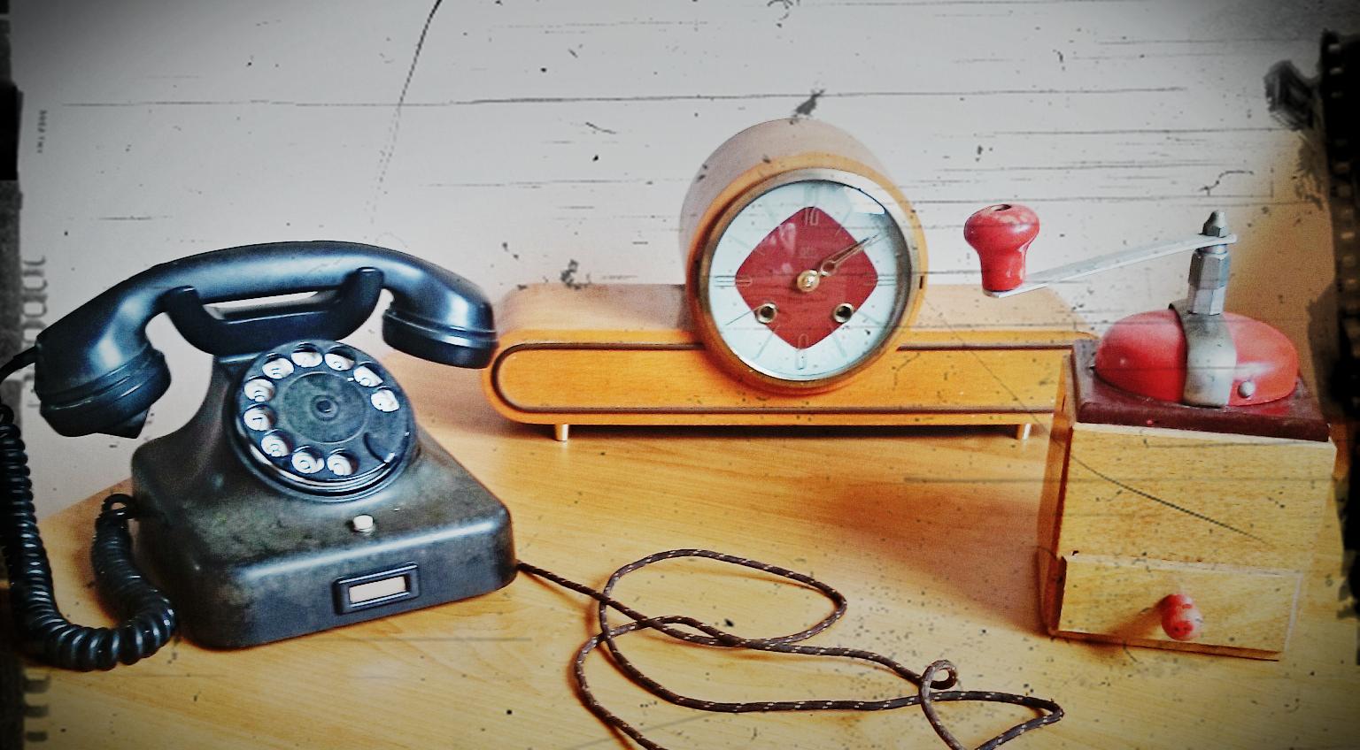 telefon retro,stary telefon,stary telefon z cyferblatem,stary zegar zabytek antyk,targ staroci,stare przedmioty w nowoczesnym wnętrzu,blog wnętrzarski,blogerka,zegar antyk,piękny stary zegar,nakręcany zegar,jak nakręcać stary drewniany zegar,vintage