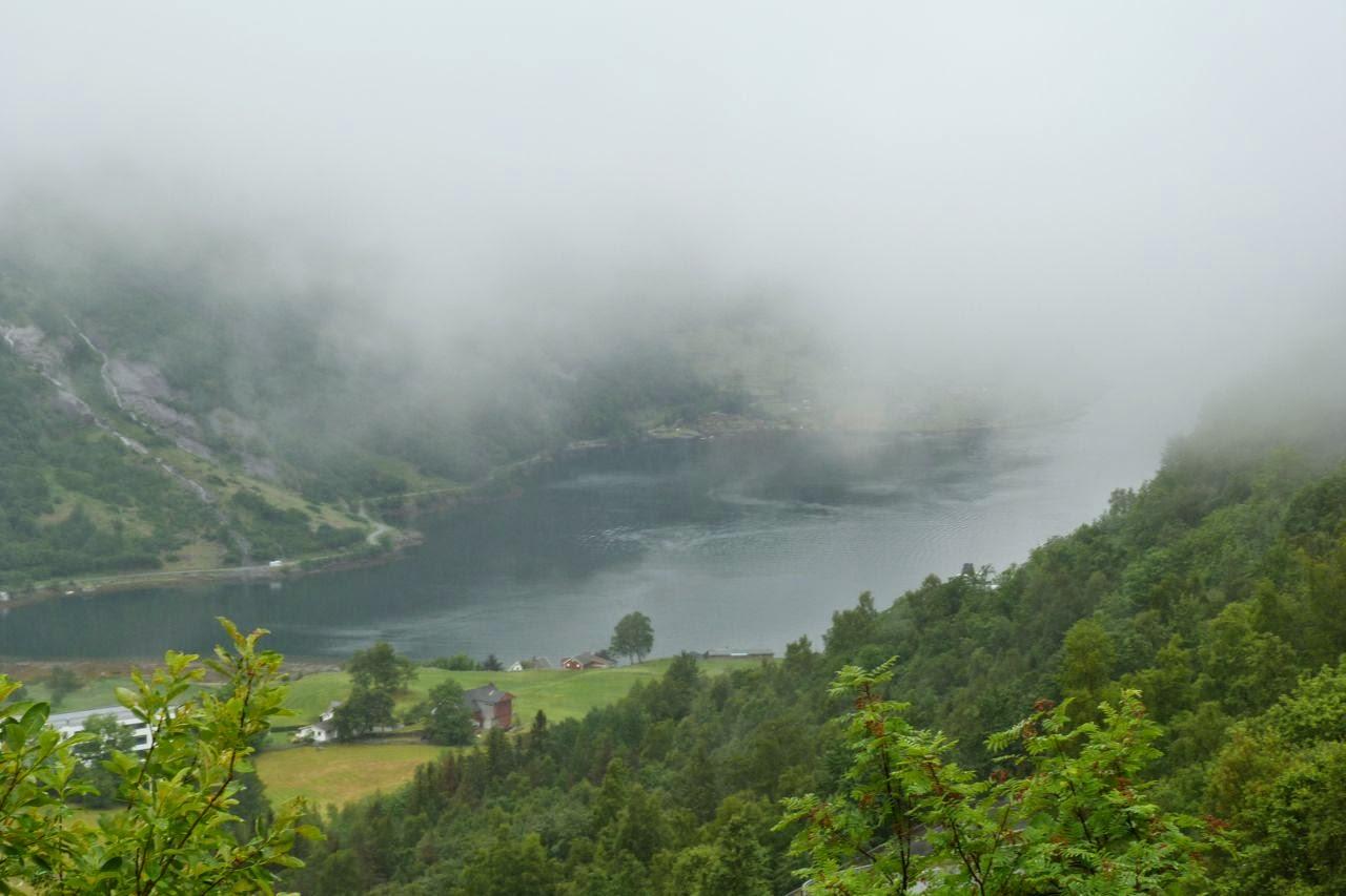 Noorwegen beneveld zicht op Geirangerfjord