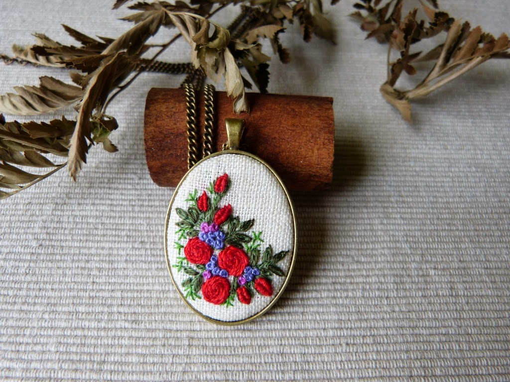 haft rococo, embroidered pendant, haftowane róże, haftowany naszyjnik, naszyjnik z haftem, embroidered jewerly, naszyjnik vintage, medalion z haftem, handmade jewerly, embroidered necklace, pierścionek vintage, pierścionek z haftem