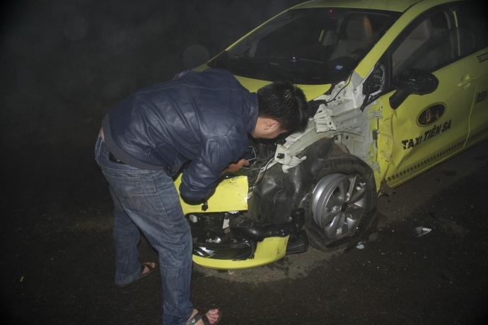 Gia Lai: Taxi tông xe tải do sương mù?